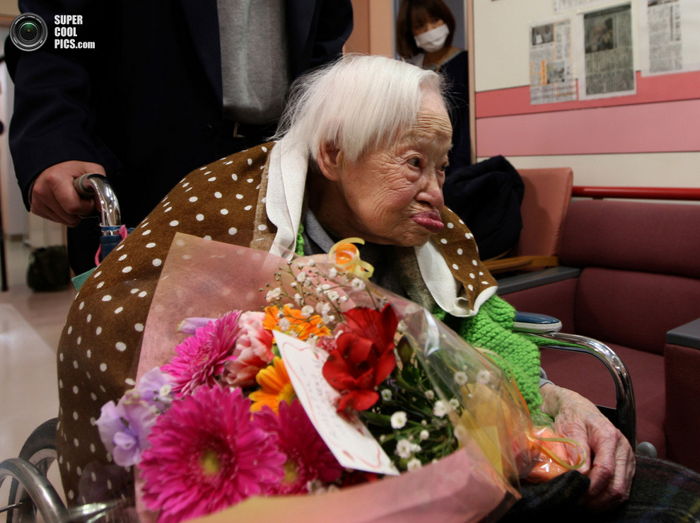Именинница уезжает от журналистов в объятия любящей семьи. (Buddhika Weerasinghe/Getty Images) Ч