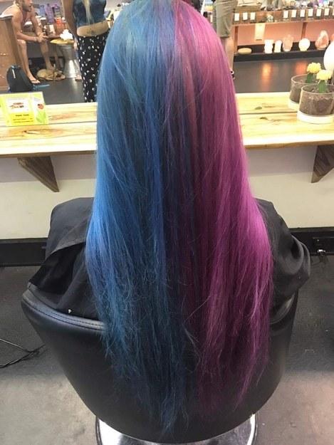 Трюк можно раскрыть, посмотрев на девушку со спины: видно, что волосы выкрашены поровну в два цвета,