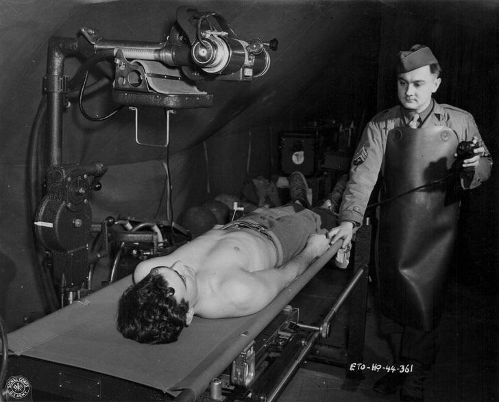 Рентгеновский техник на медицинской службе США во время Второй мировой войны, 1941-1945.