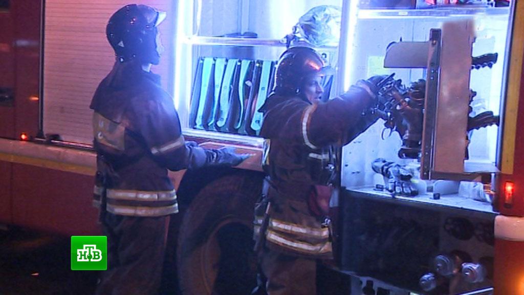 Работники МЧС спасли восемь человек напожаре в российской столице