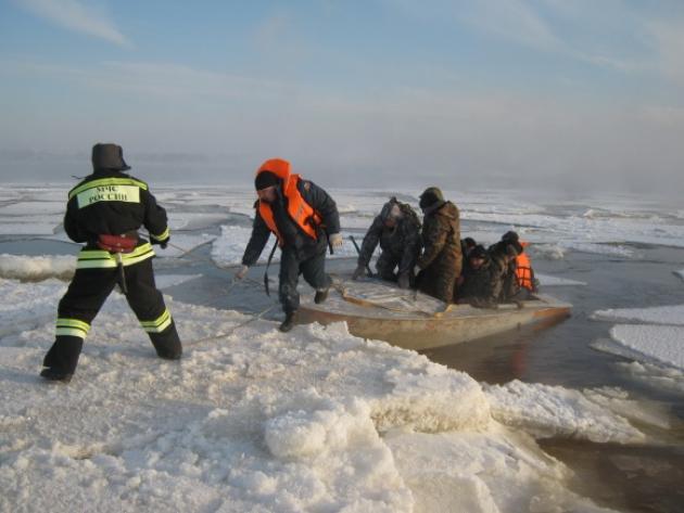 ВЧувашии cотрудники экстренных служб пробуют вызволить дрейфующих поВолге нальдине рыбаков