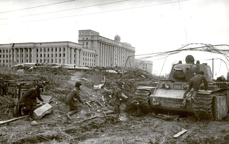 Танк КВ-1 на Московском шоссе у Дома Советов. 1942 год.