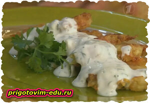 Драники с молочной колбасой под сметанным соусом. Видео рецепт