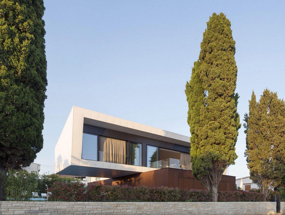 Большой бетонный особняк