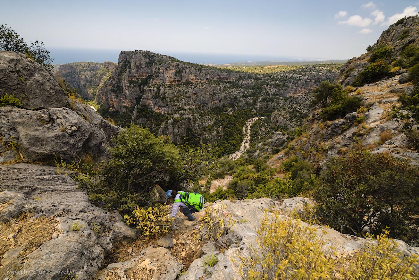 Фото 11. Спуск к фигурам AdamKayalar, высеченным в скалах каньона Şeytan DeresiKanyonu в Турции. Отзывы туристов об экскурсиях дикарями. Камера Nikon D610, сверхширокоугольный объектив Samyang 14mm f/2.8. 1/640, -1.33, 2.8, 50, 14.