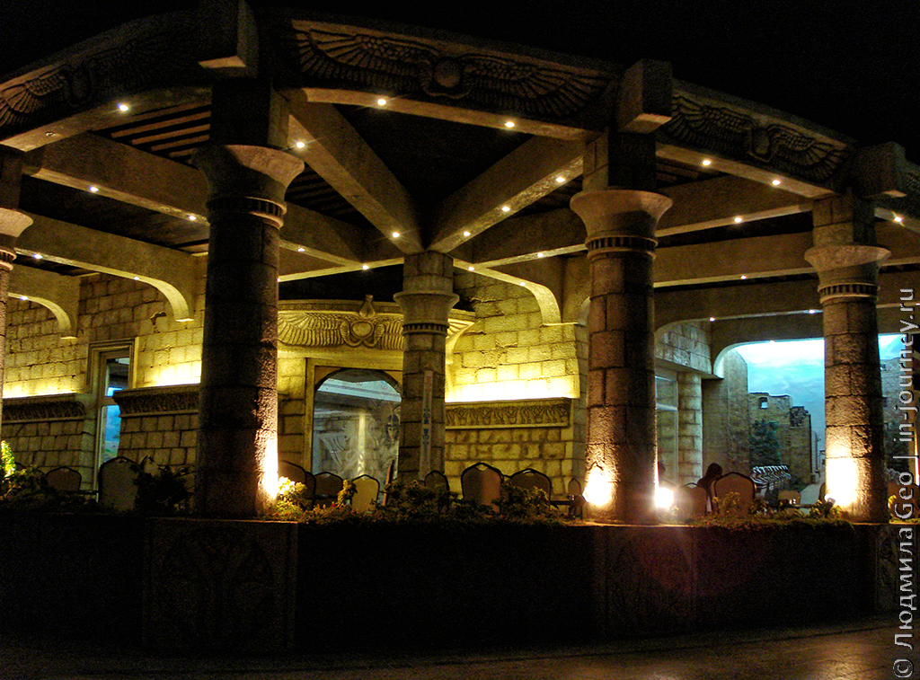 терраса ресторана в Mirage Bay