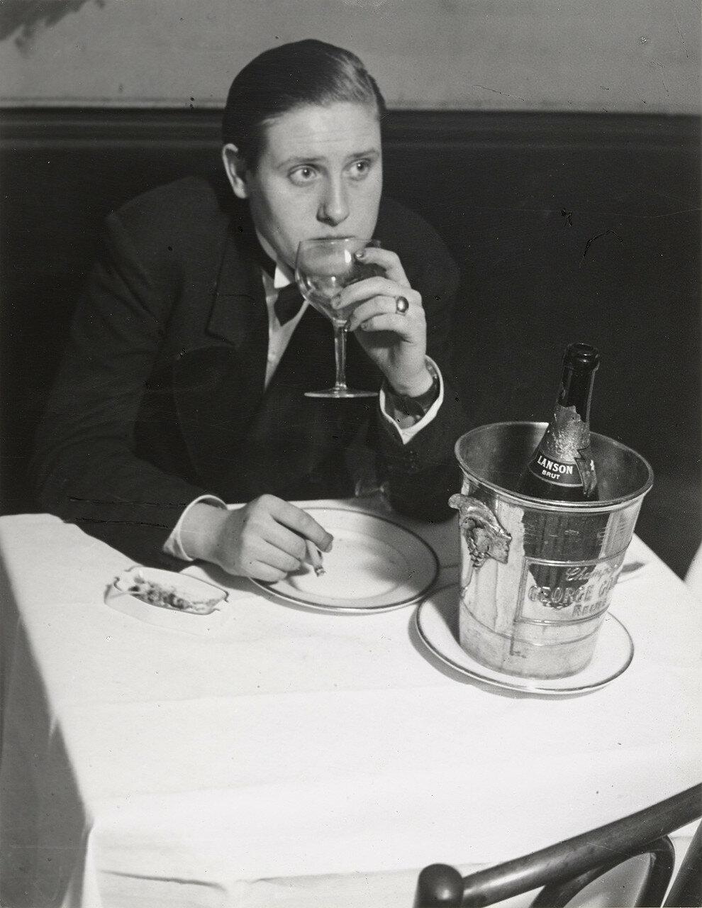 1932. «Монокль», клуб для лесбиянок. За столиком лесбиянка в мужском костюме