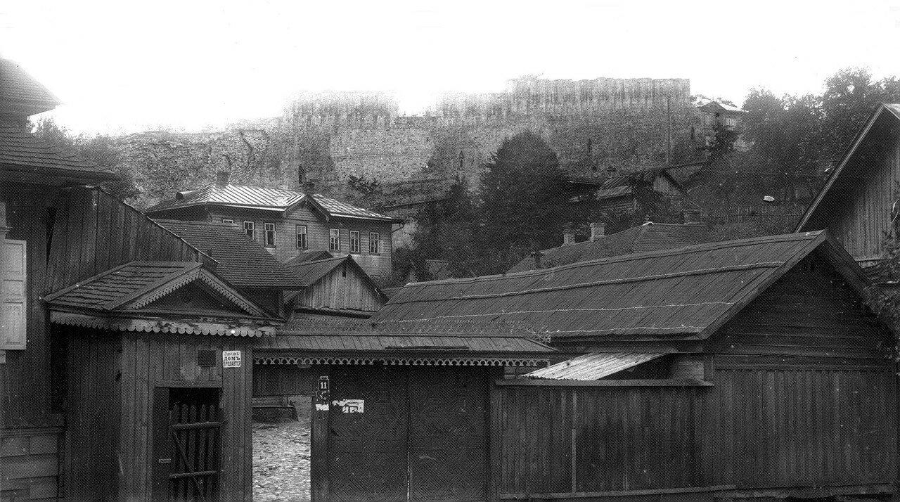 Вид на крепостную стену с Богословской улицы. 1907