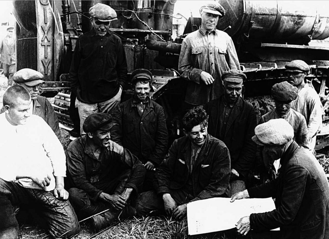 Совхоз Машнитный. Парторг Якимов читает рабочим газету. 1934