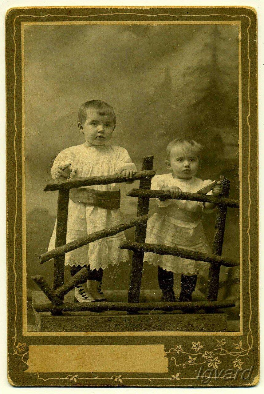 Антонина (слева) и Раиса Еременко - дочери купца 3-й гильдии Ивана Еременко. 1910