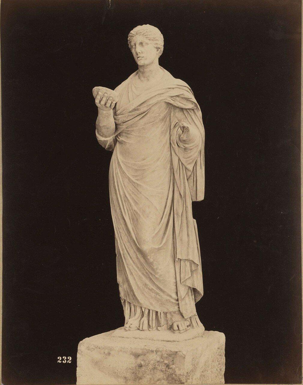 129. Женская статуя