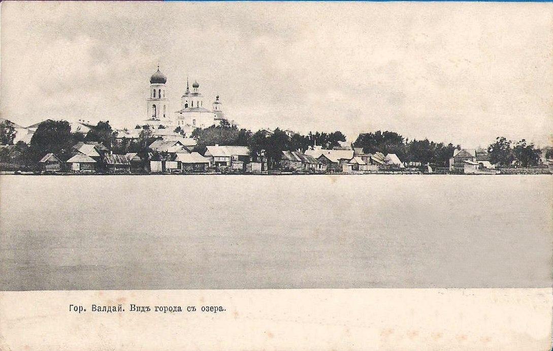 Вид города с озера