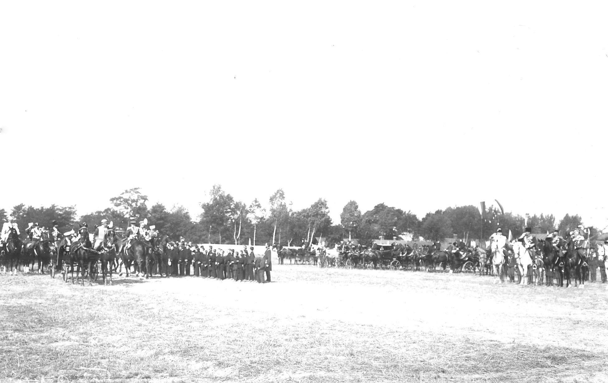 Император Николай II, прибывший на празднование 250-летнего юбилея полка, объезжает школьников полковой школы для детей солдат