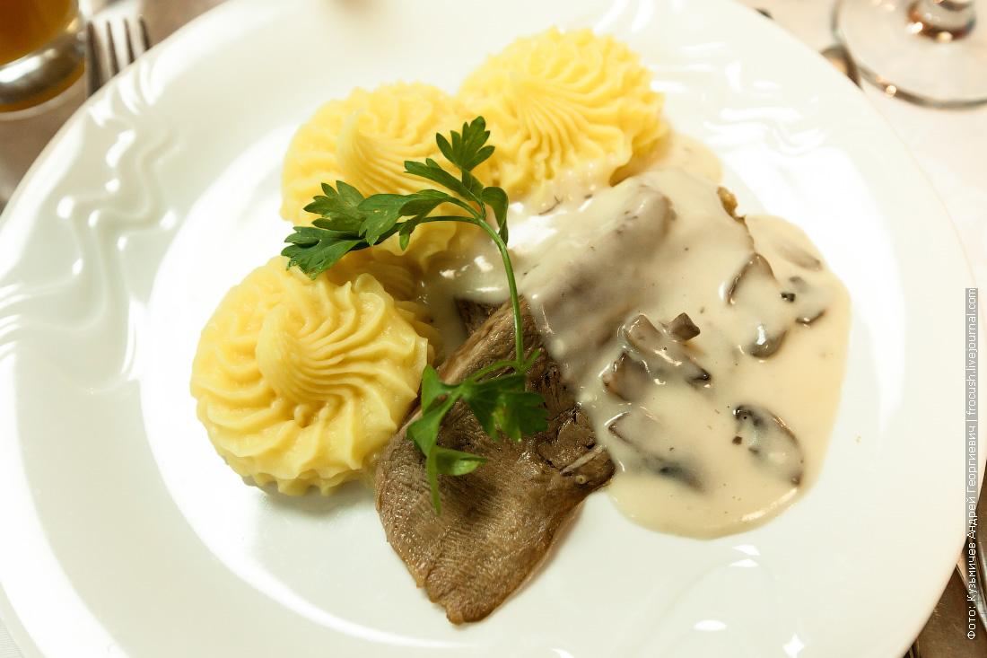 язык отварной в сливочно-грибном соусе с картофельным пюре