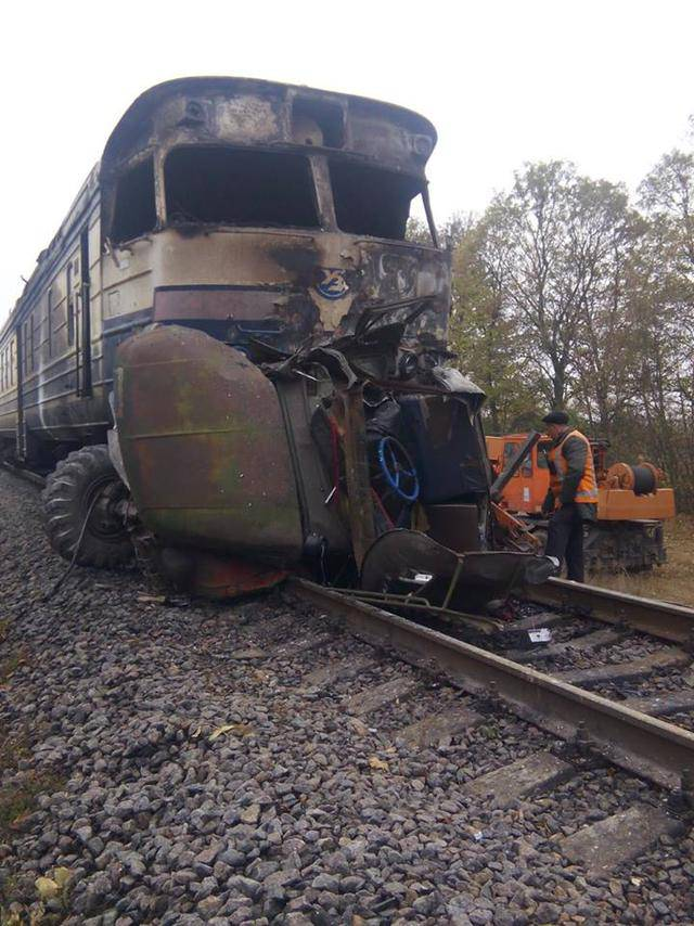 Пассажирский поезд столкнулся с грузовым автомобилем на Виннитчине: 3 человека погибли, 2 пострадали, - ГосЧС. ФОТОрепортаж