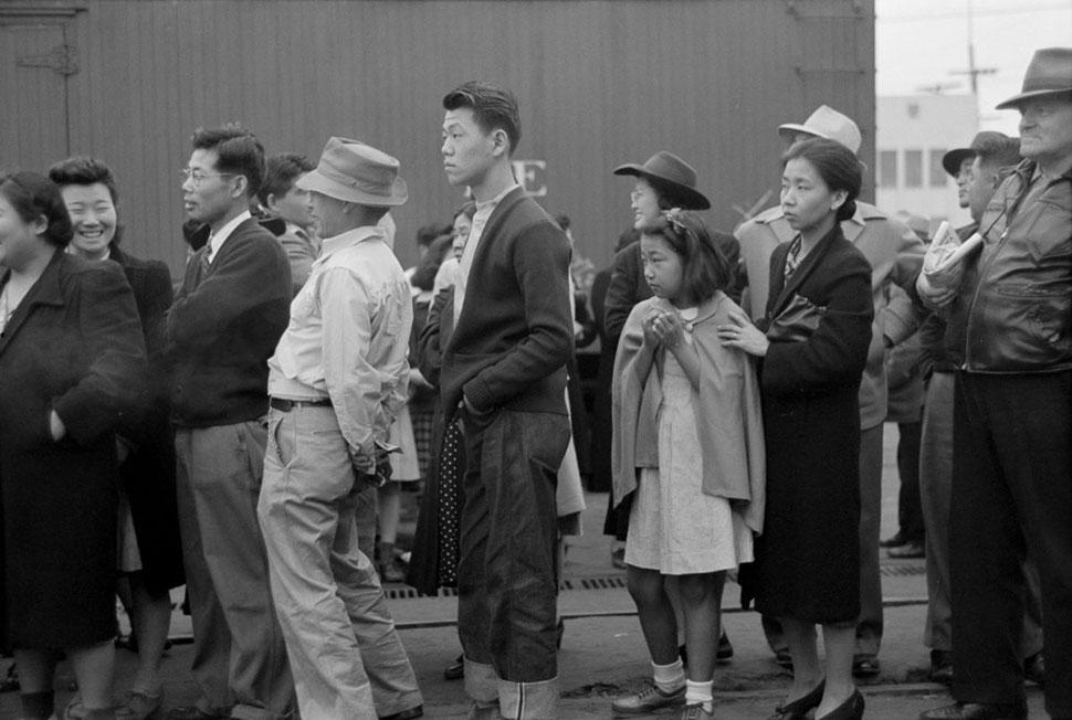 Переселенцы в Лос-Анджелесе наблюдают, как поезда увозят их родных и близких в долину Оуэнс.