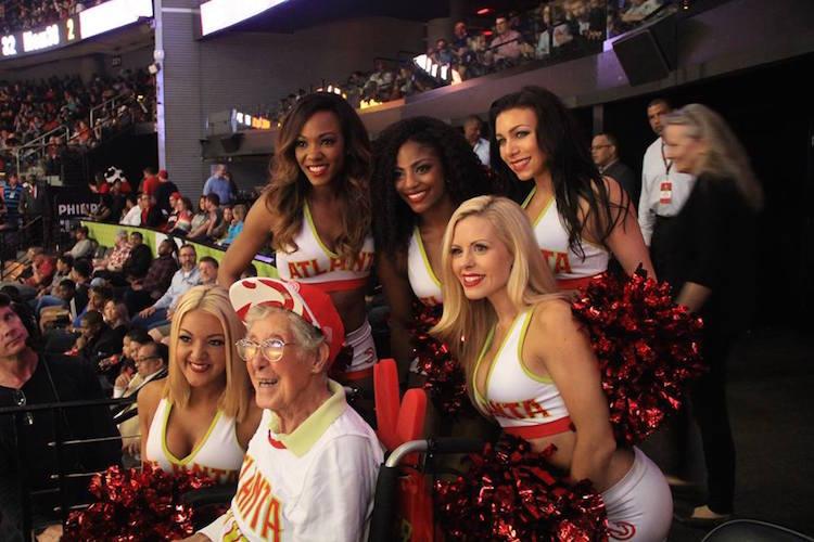 На Филипс-арене с болельщицами клуба «Атланта Хокс».