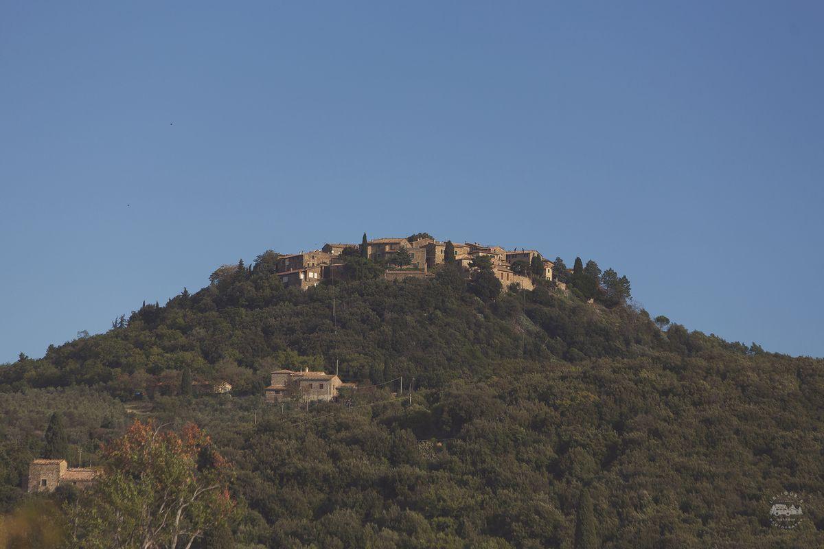 А это виден городок Sant Angelo in Colle, туда я поднимался ранним утром, чтоб снять долину.