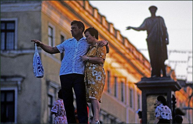 У памятника герцогу Эмманюэлю де Ришельё перед знаменитой Потёмкинской лестницей.
