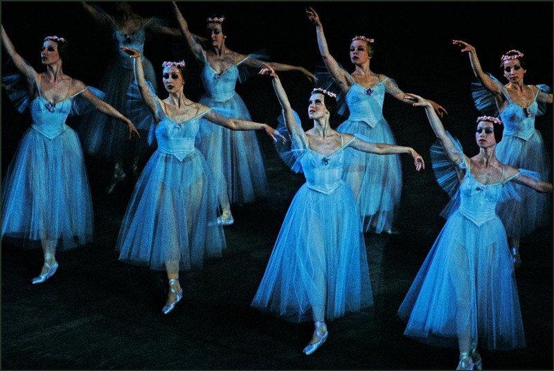 Украинская балетная труппа выступает на сцене Одесского театра оперы и балета.