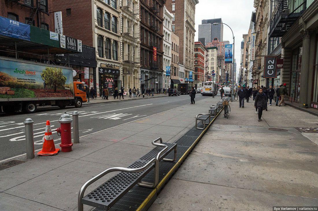 В Нью-Йорке начали появляться колонны с рекламой, которые должны раздавать быстрый интернет. Стоят ч