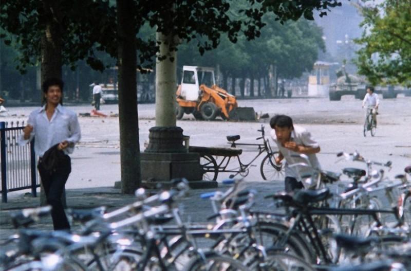 33. Недавно найденная фотография, которая показывает новый угол акта протеста, теперь на расстоянии.