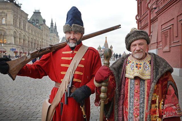 P.S. Боярин и Ленины. Секреты работы ряженых в центре столицы (7 фото)