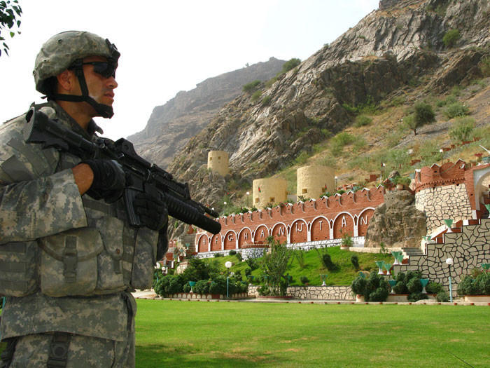 14. Афганистан и Пакистан Американский часовой на посту возле ворот Торхам, которые являются одним и