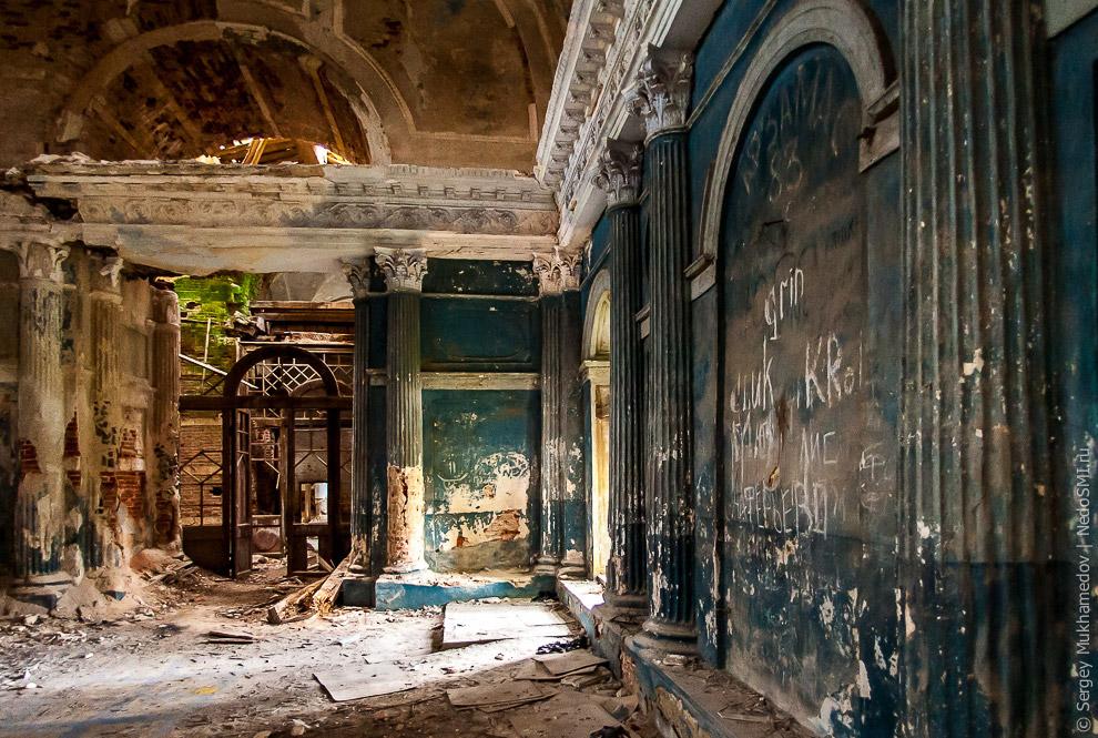 11. В 1830-м в храме сгорел иконостас, его заменили на новый. Сейчас он выглядит вот так: