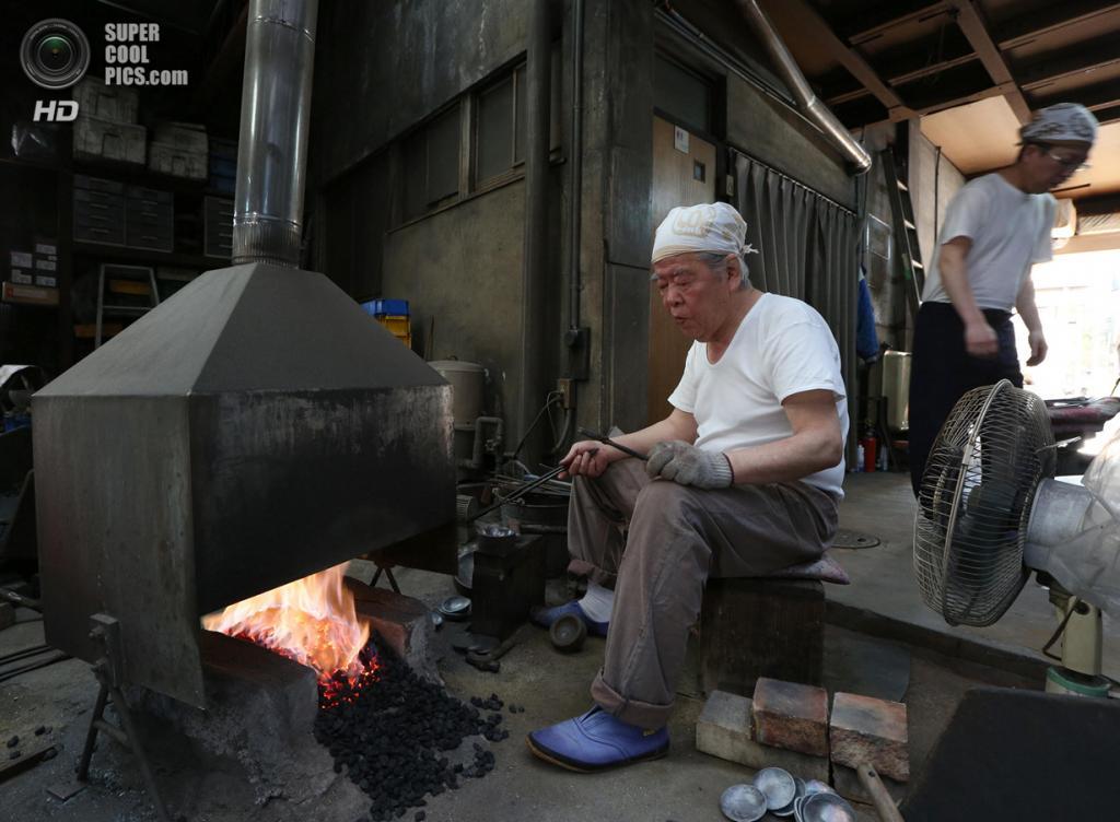 Япония. Химедзи, Хёго. 25 апреля. Производство музыкальных подвесок Myochin Honpo Ltd. (Buddhika