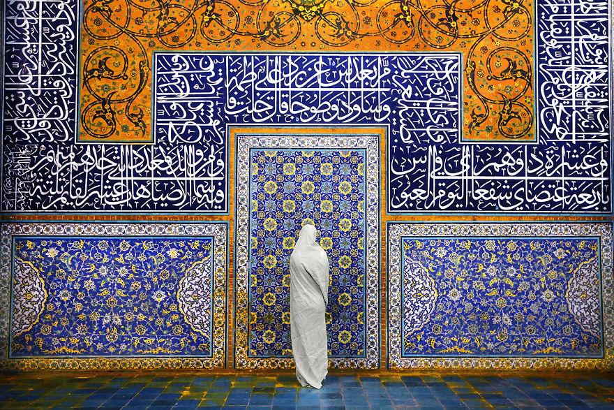 Женщина у мечети шейха Лютфуллы, Исфахан, Иран.
