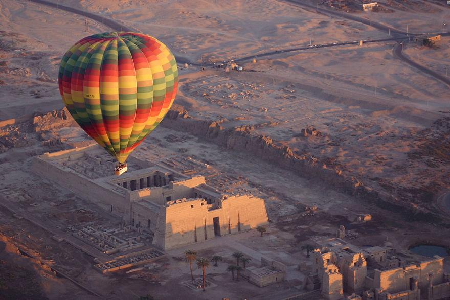 Воздушный шар над Долиной царей на восходе, Египет.