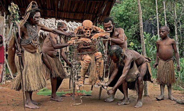 Папуасы по-своему демонстрируют уважение к умершим вождям. Они не хоронят их, а хранят их в хижи