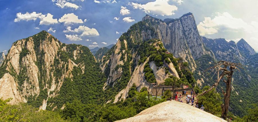 1.Благодаря пяти вершинам эта гора по своему виду напоминает цветок. Именно поэтому она и получила