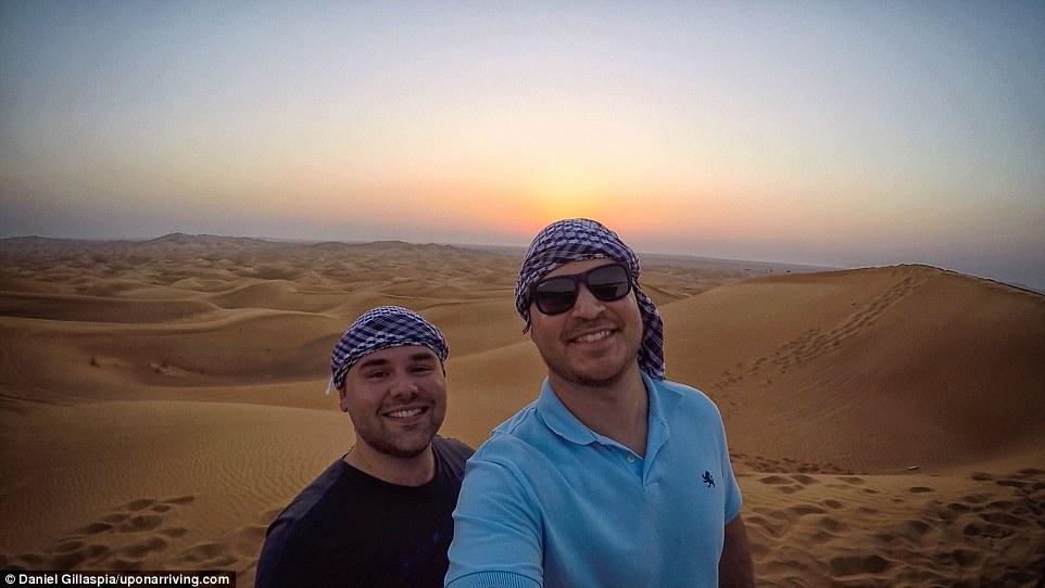 Во время недолгого пребывания в ОАЭ мужчинам удалось посмотреть знаменитый небоскреб Бурдж-Халифа и