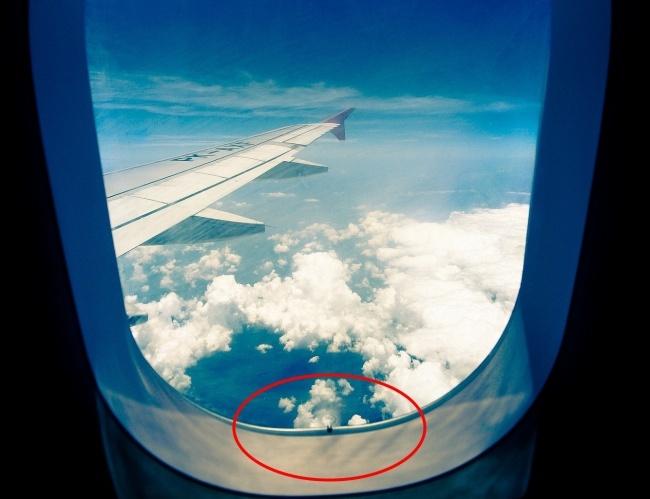 © pixabay  Иллюминатор самолета представляет собой «стеклопакет» изтрех акриловых панелей. Из