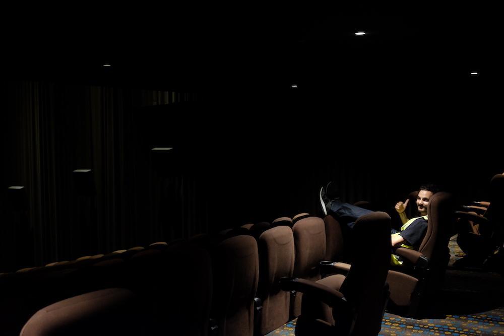 Оказывается, надев светоотражающий жилет, можно бесплатно попасть куда угодно (8 фото)