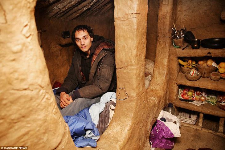 2. И он построил свой дом в лесу на окраине Лондона из глины, толстых палок и других найденных в окр