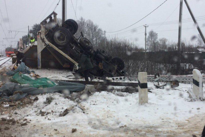 ВПодмосковье электричка протаранила мусоровоз, пострадал шофёр