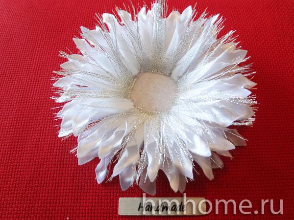 Нарядные белоснежные снежки с серебром из лент