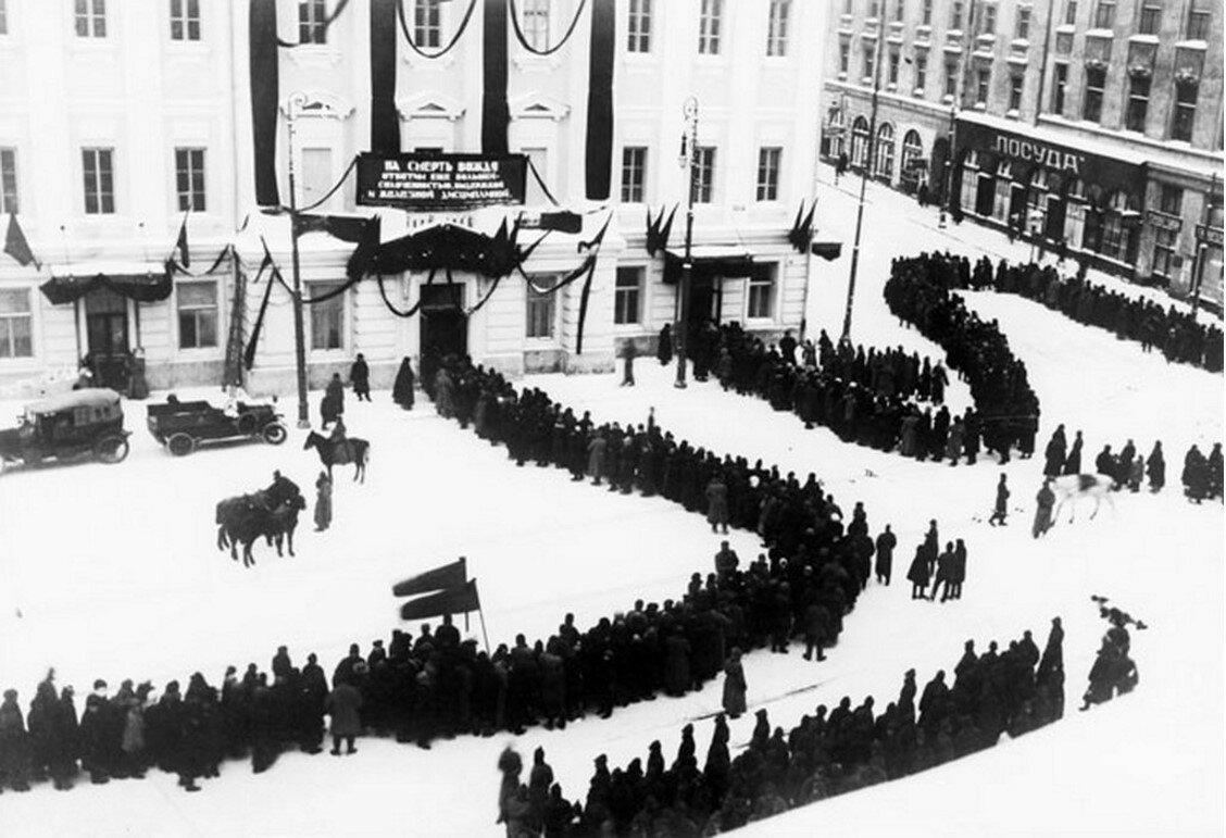 1924. Очередь к гробу Ленина в Колонном зале Дома союзов
