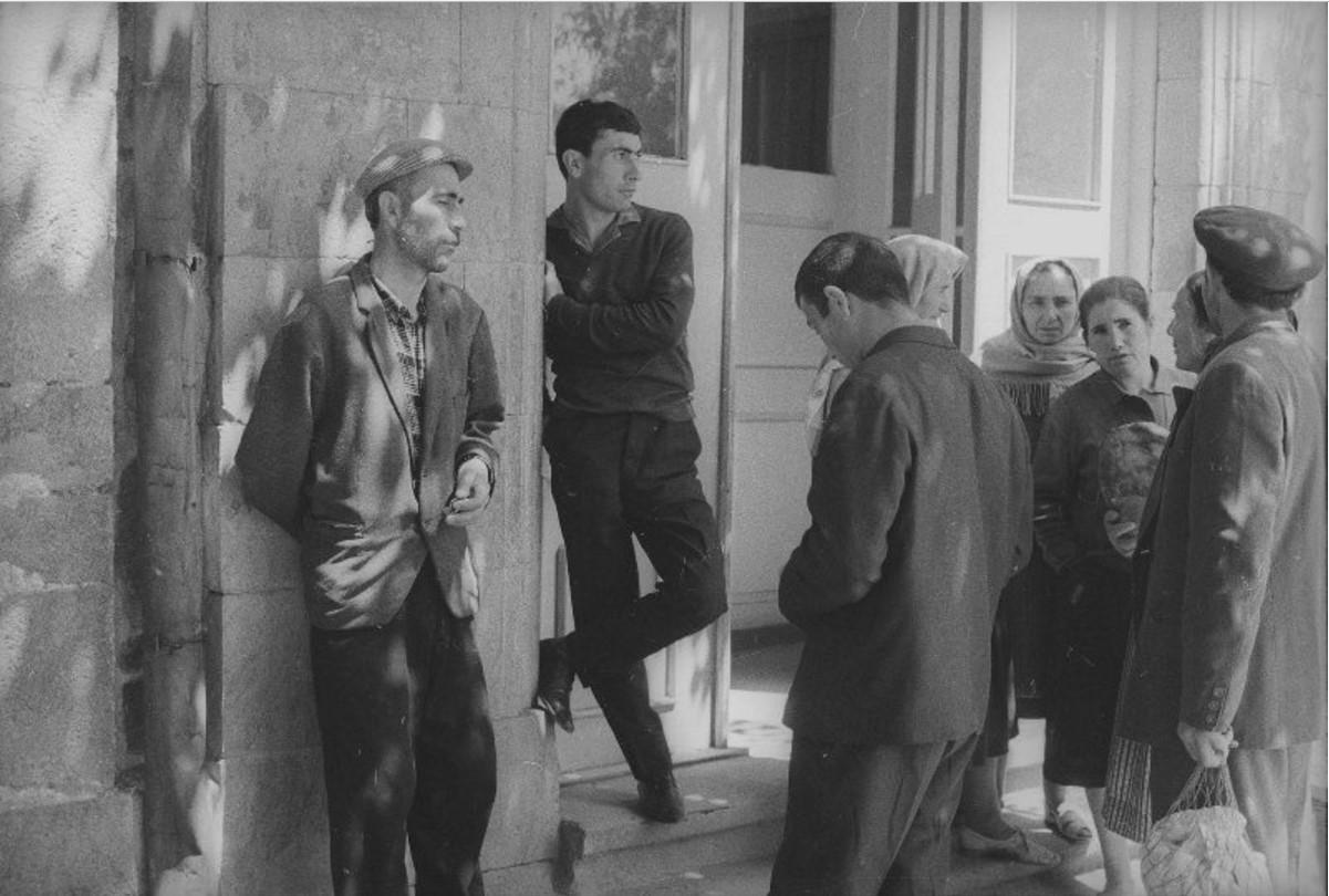 1960-е. Люди у входной двери здания. Армения