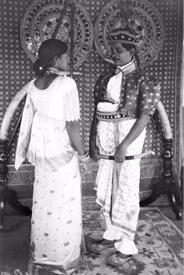 184. Ратеммахаимайя (Окружной начальник) и его жена в своих официальных костюмах в Бибиле