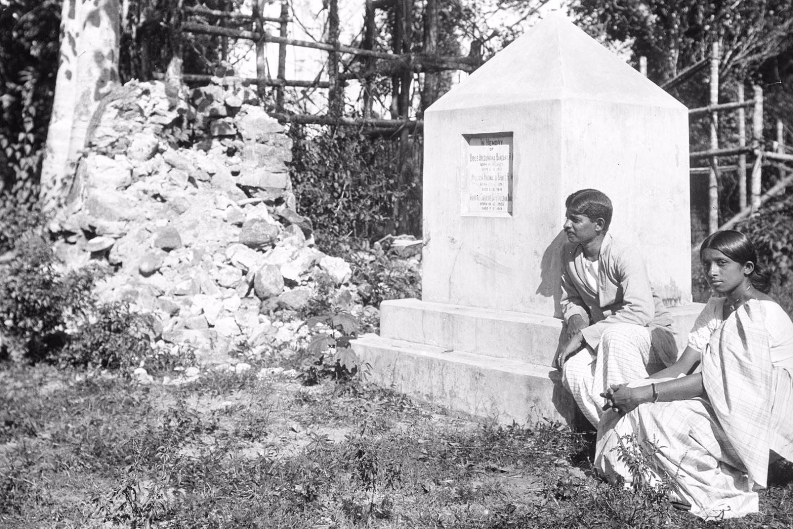 197. Окружной начальник с женой на могиле Хинбанда и Абесундара