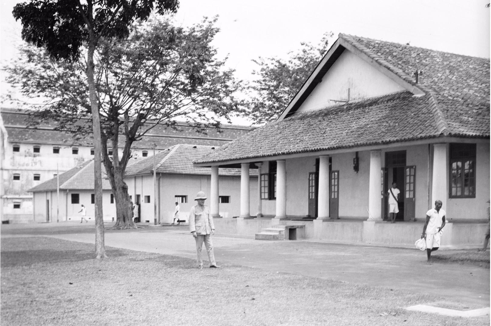 242. Двор тюрьмы в Коломбо с офисными зданиями