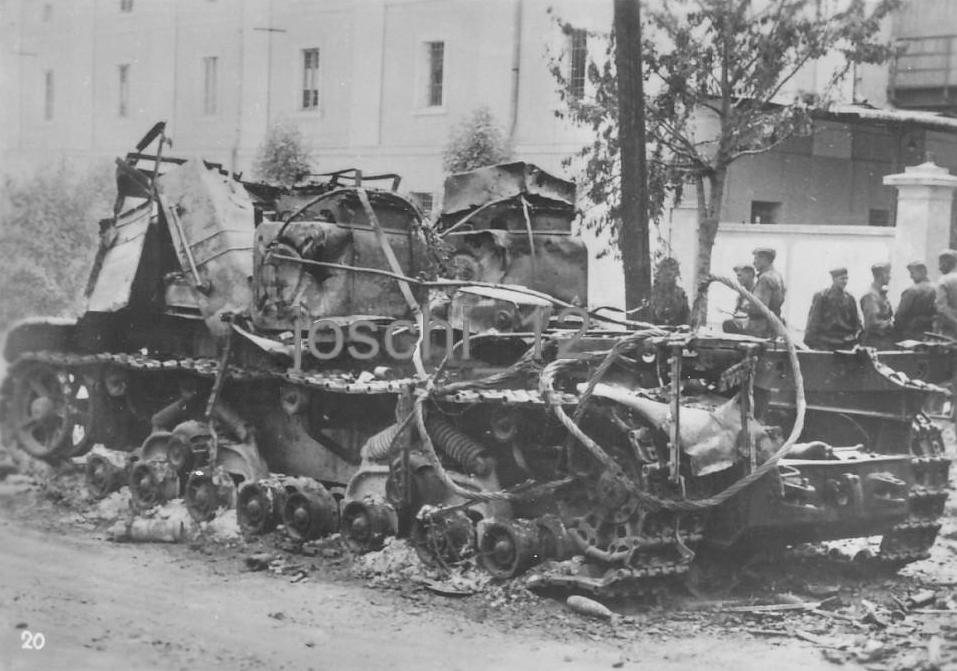 Уничтоженный тяжелый артиллерийский тягач «Ворошиловец».