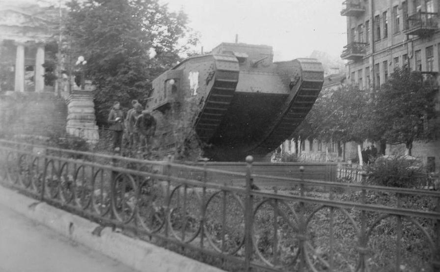 Английский танк Mk.V «Риккардо» в сквере на улице Кирова (сейчас улица Грушевского и Музейный переулок). Киев.