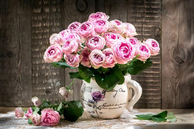 с букетом пионовых роз...
