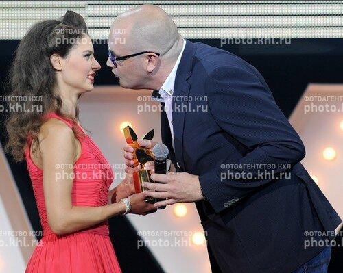 Королёв Алексей—главред Плейбоя, вручает награду победительнице года.