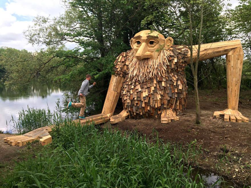 Художник создает феноменальные гигантские скульптуры из переработанной древесины
